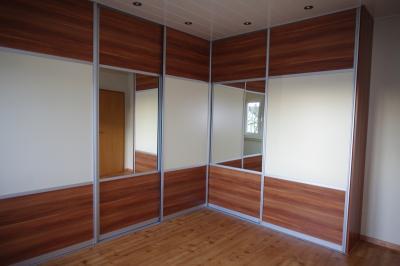 Alu-Gleittürsystem Ecklösung: Füllung Holzdekor Merano natur kombiniert mit unifarbenem Dekor Vanille