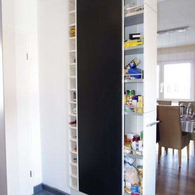 Hochschrank mit Apothekenauszug und offenem Flaschenregal, Sichtseite mit Magnetfolie belegt