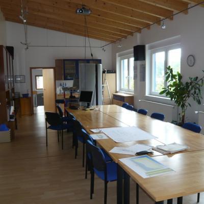 Konferenztisch Schulungsraum, Buche-Leim-Holzplatte keilgezinkt, Oberfläche Natur lackiert