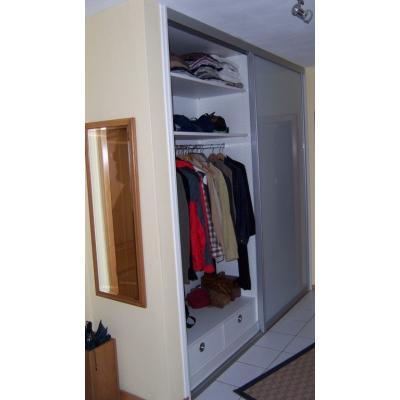 Aluflex-Schiebegleittürsystem Garderobe mit Stauraum