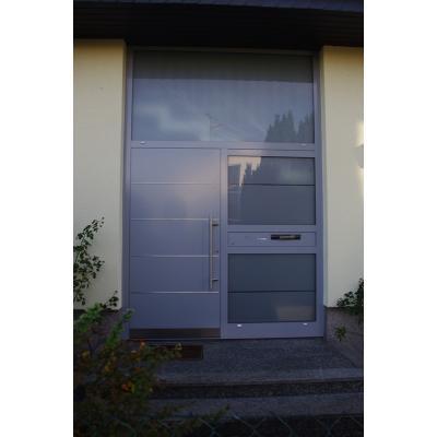 "Modell ""6871-93"" rofilsystem PaXPlan Farbton RAL 7040 Fenstergrau, VSG-Verglasung matt foliert, Edelstahllisenen und -sockelblech, Briefkastenelement"