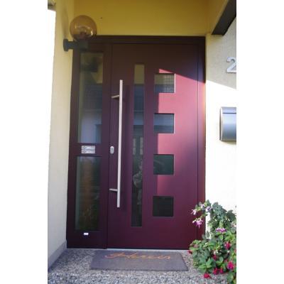 """Modell """"Balar2"""" Farbton Rotbraun Metallic. außen flügelüberdeckend, Ornamentglas MasterCarree Weiß, Klingel- und Lichttaster in glasteilender Sprosse"""